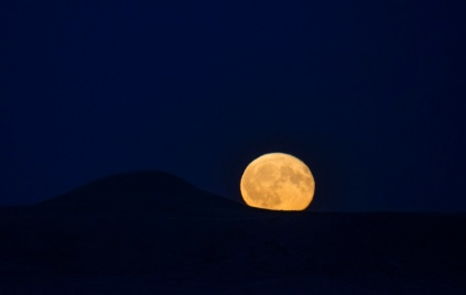 Moonrise one day after full moon